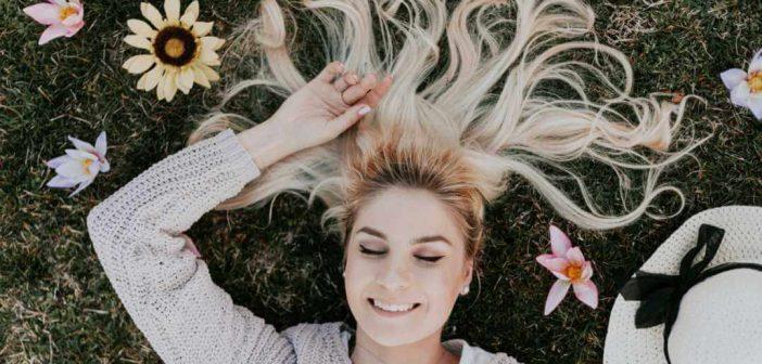 zadovoljna žena leži na travi
