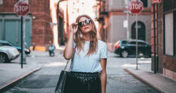 žena hoda ulicom