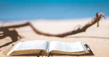 knjiga na plaži