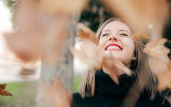 sretna žena van okvira