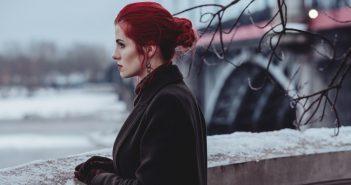 zena na mostu