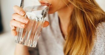 Zena pije vodu
