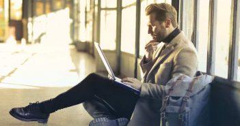 muskarac s laptopom