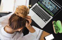 zena u stresu sjedi za laptopom