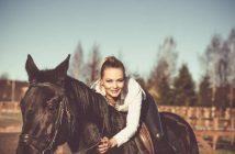 zena na konju
