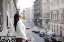 zena na balkonu