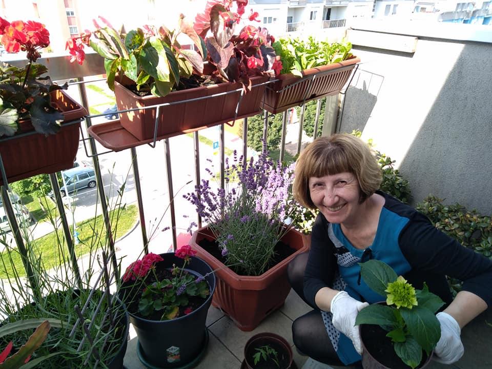 Vlasta na balkonu s cvijecem