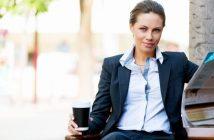 Content marketing, Native advertising ili PR objave, zadovoljna poslovna zena s kavom i novinama