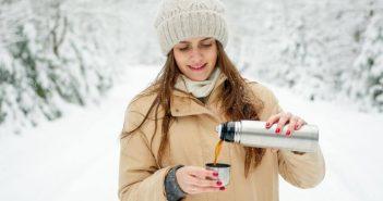 Gdje je nestala ta kava, zena na snijegu sipa kavu iz termosice