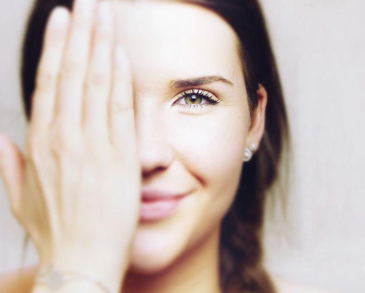 Kako koronavirus utjece na zdravlje, zena dlanom prekrila jedno oko