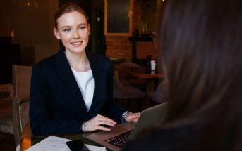 Kako razlikovati profesionalce od amatera. poslovna zena sjedi ispred laptopa