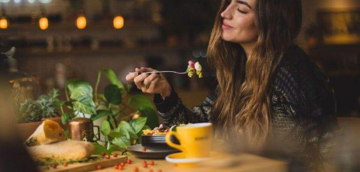 Kako se rijesiti inzulinske rezistencije pravilnom prehranom, zena uziva u jelu
