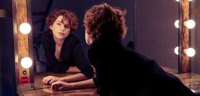 Mladi Mjesec nam salje poruke, zena ispred ogledala