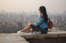 Oduzimaju li ti slobodu, zena sjedi na zidu s pogledom na grad