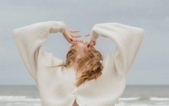 Povjerenje u sebe i svijet oko sebe, zena na plazi u bijeloj vesti