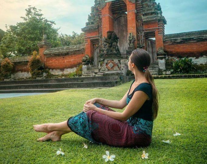 da mi je putovati, zena na putovanju sjedi na travi