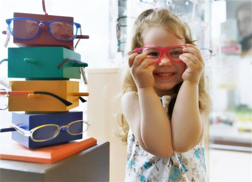strabizam kod djece, djevojcica s naocalama