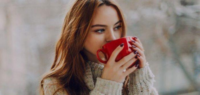 strpljen spasen, djevojka opusteno pije caj