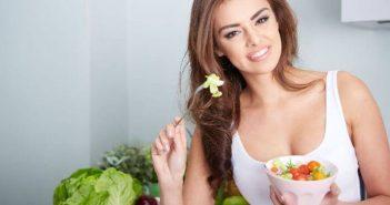 Lijecenje Hashimoto sindroma promjenom prehrane, nasmijana zena sa zdjelicom zdravog povrca