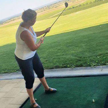 Mirjana, golf na travi
